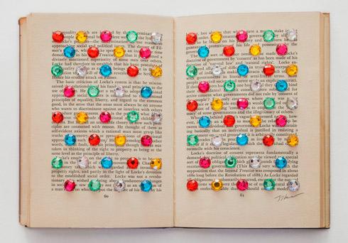 지희킴, [the basic criticism], 기부 받은 책 페이지에 큐빅,19 x 26.3cm, 2014