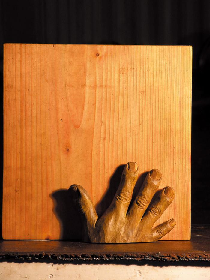 [가슴에 손을 얹고 하늘을 본다] 33×34×8cm 나무 2003