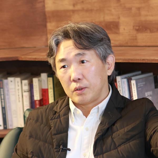 """『풍요중독사회』김태형 """"각자도생의 길로 달려가는 것의 끝에는 지옥이 기다리고 있어요"""""""
