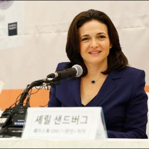 연봉 350억원 페이스북 2인자, 여성의 권리를 외치다