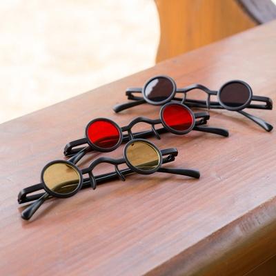 평범하지 않은 작은 눈 선글라스