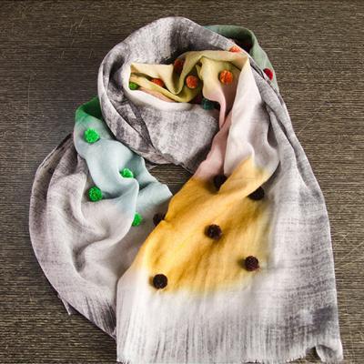 초록빛과 와인에 퐁퐁이 무늬 스카프
