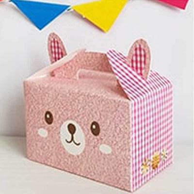 작은 상자에 선물을 담아 친구에게 졸업 선물