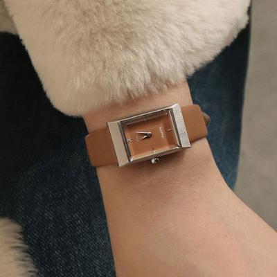 여자 시계 브랜드 여성 가죽 손목시계 그리드 탠 실버