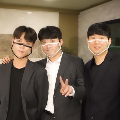 결혼식 하객 단체 사진 웨딩 립리딩 입보이는 마스크