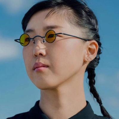 절대 평범하지 않은 작은 눈 선글라스