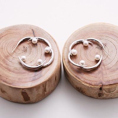 spiderweb-pk pearl hoop earrings