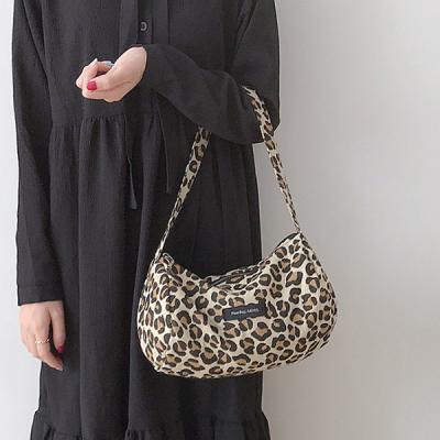 셀라 여성 레오파드 미니 바게트백 호피무늬 숄더백