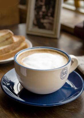한여름에도 뜨거운 커피만 마셔요